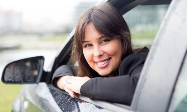kvinna i bil
